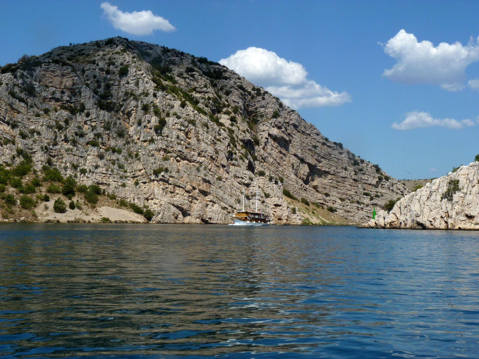 #Ausflugsboot Steilküste #Kroatien aus der Entfernung