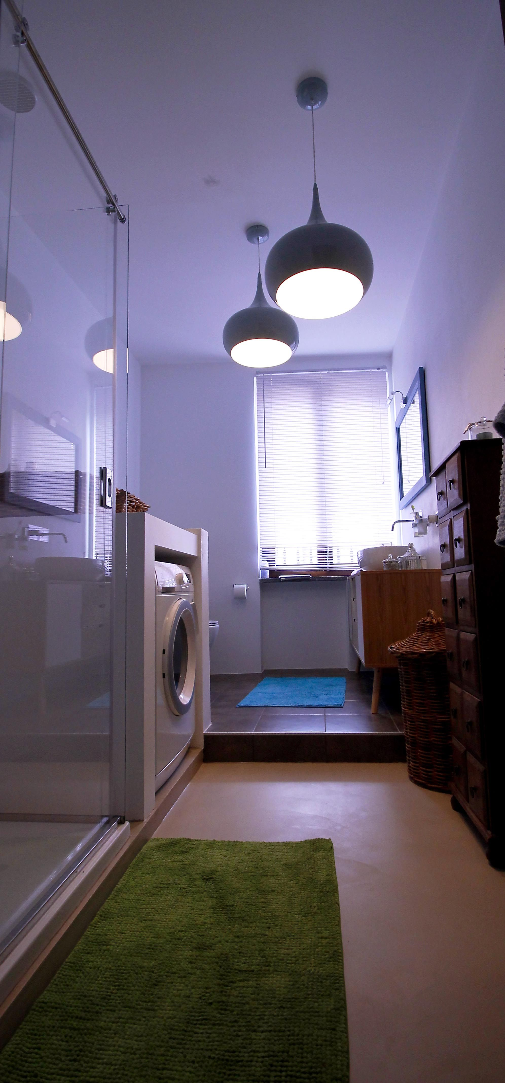 Ingresso bagno in resina; lampadari Maison Du Monde (con