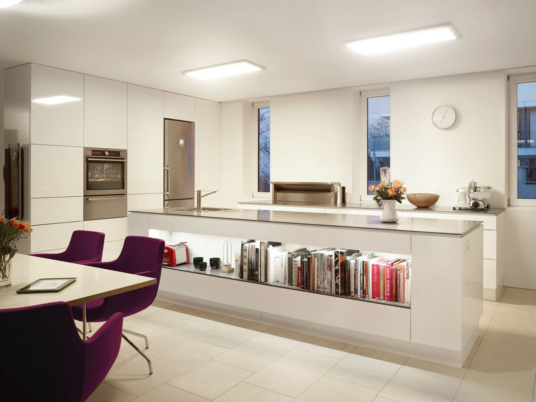 Moderne grifflose Küche mit zwei vavé® LED-Panels 970370 ...