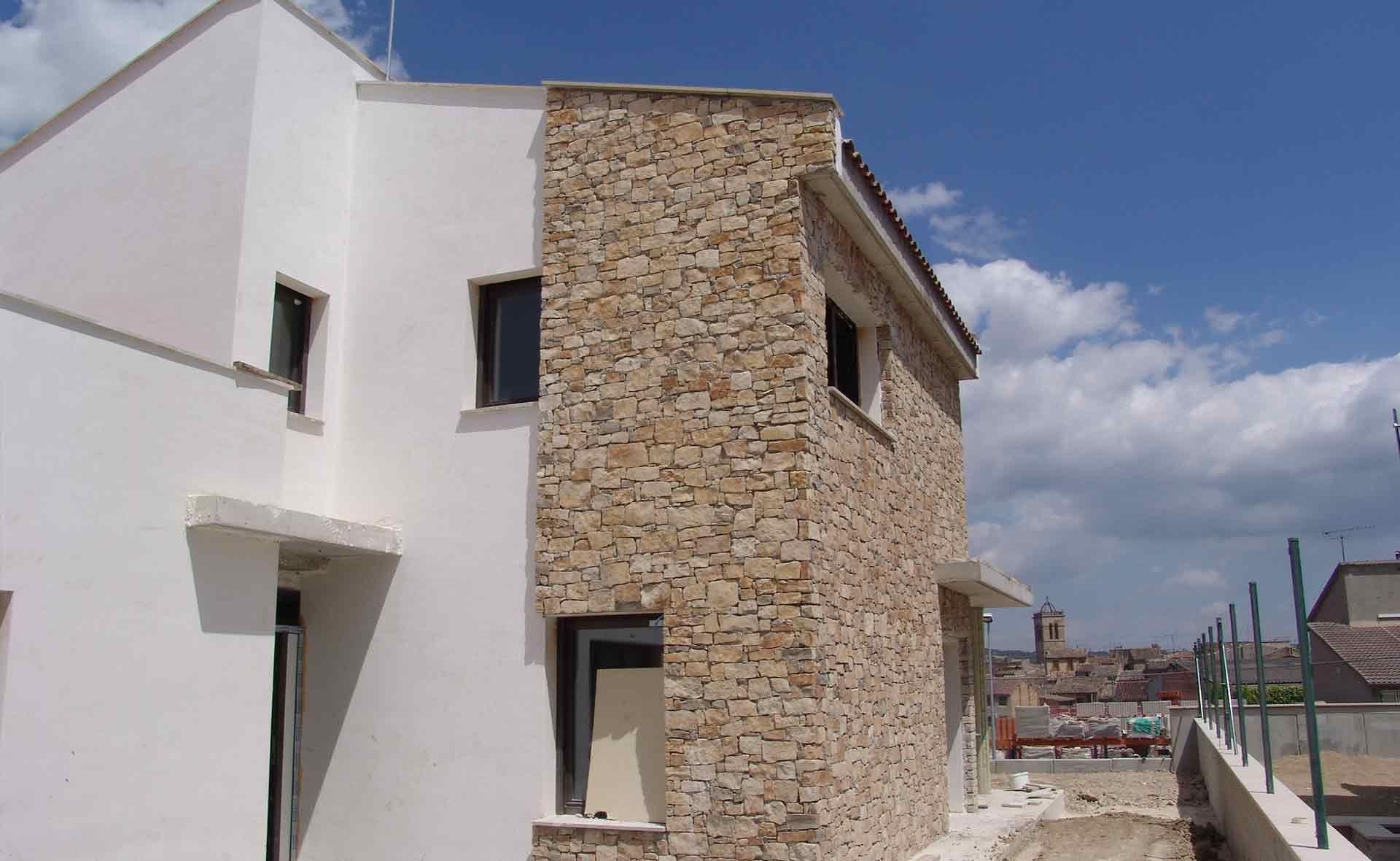 panel aplacado exterior acabado en piedra natural para inmueble en la localidad de santa coloma de