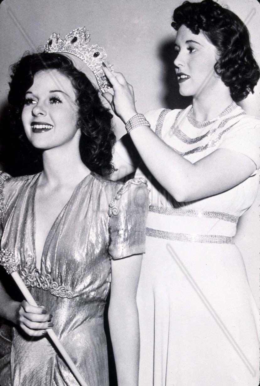 Susan Hayward being crowned Queen of the of