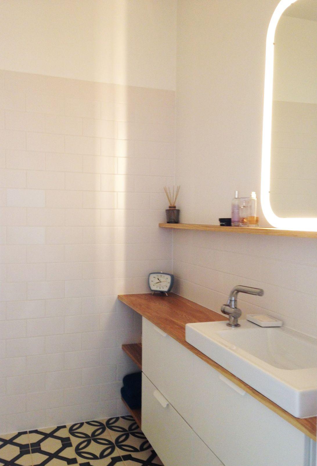 em architecte salle de bain de petite surface blanche et ch ne massif jeu de carreaux de. Black Bedroom Furniture Sets. Home Design Ideas