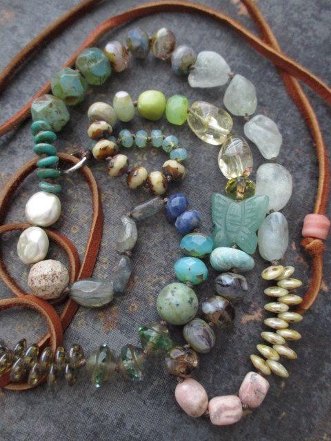 Verknotete bunte Halskette  Schmetterling Bliss  von slashKnots
