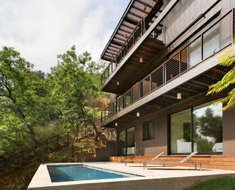 Modernes haus mit pool  modernes Haus mit Pool und Balkon mit Metall-Geländern | Ograda ...