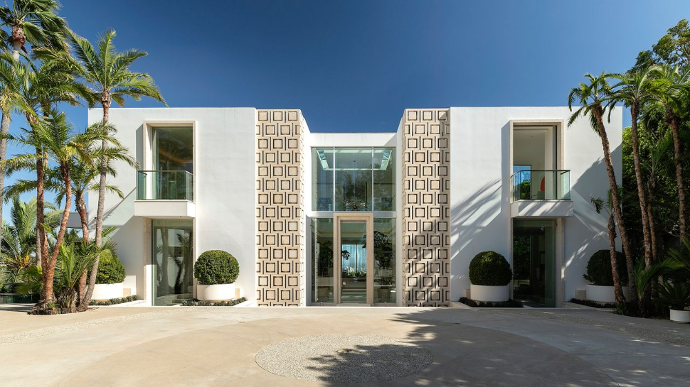 The Beverly Hills House Is Inspired By Hollywood Regency Design In 2020 Malibu Mansion Beverly Hills Houses Mansions