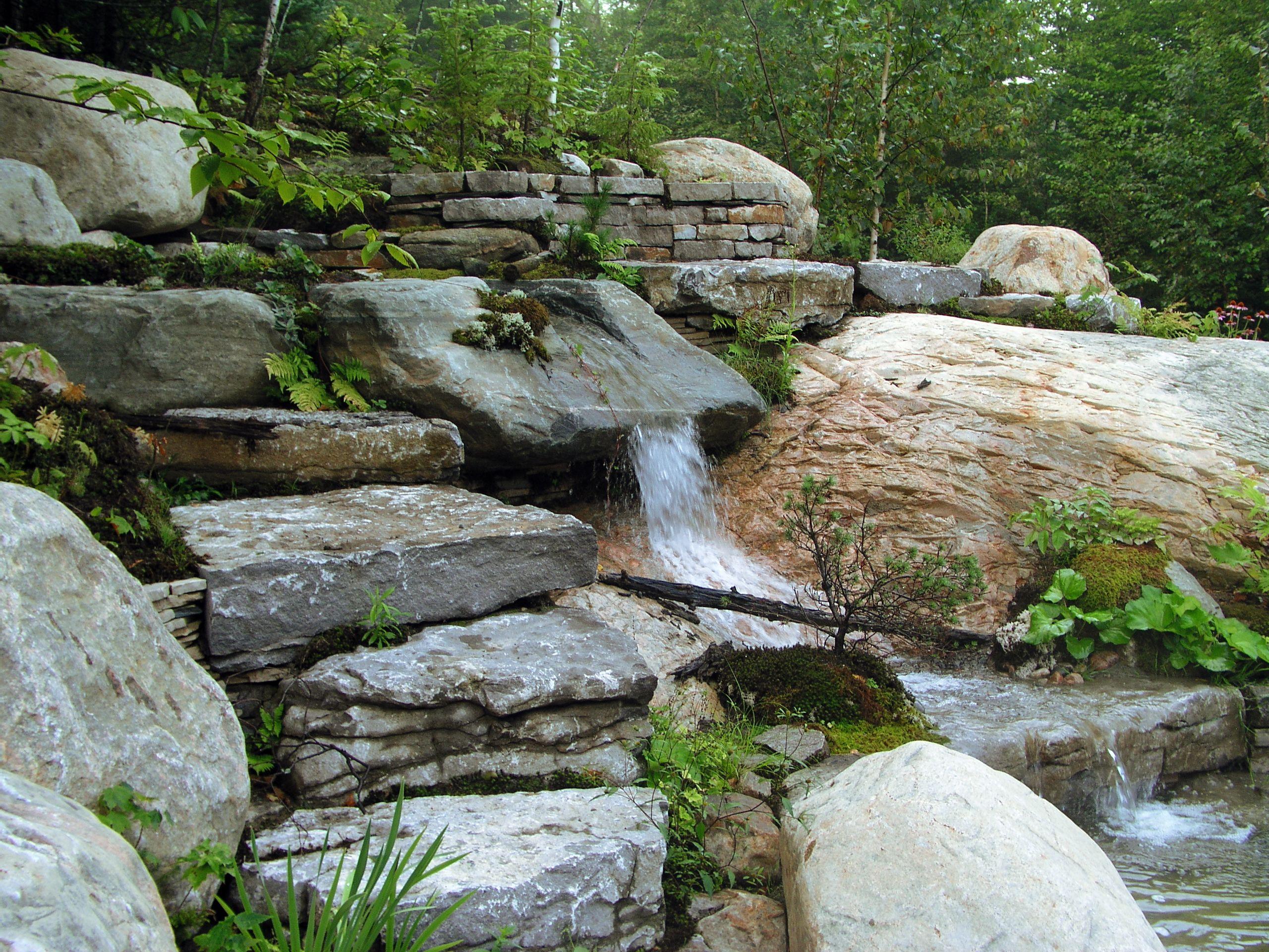 petite cascade utilisant la courbe naturelle d 39 une pierre r alisation d 39 am nagement ext rieur. Black Bedroom Furniture Sets. Home Design Ideas