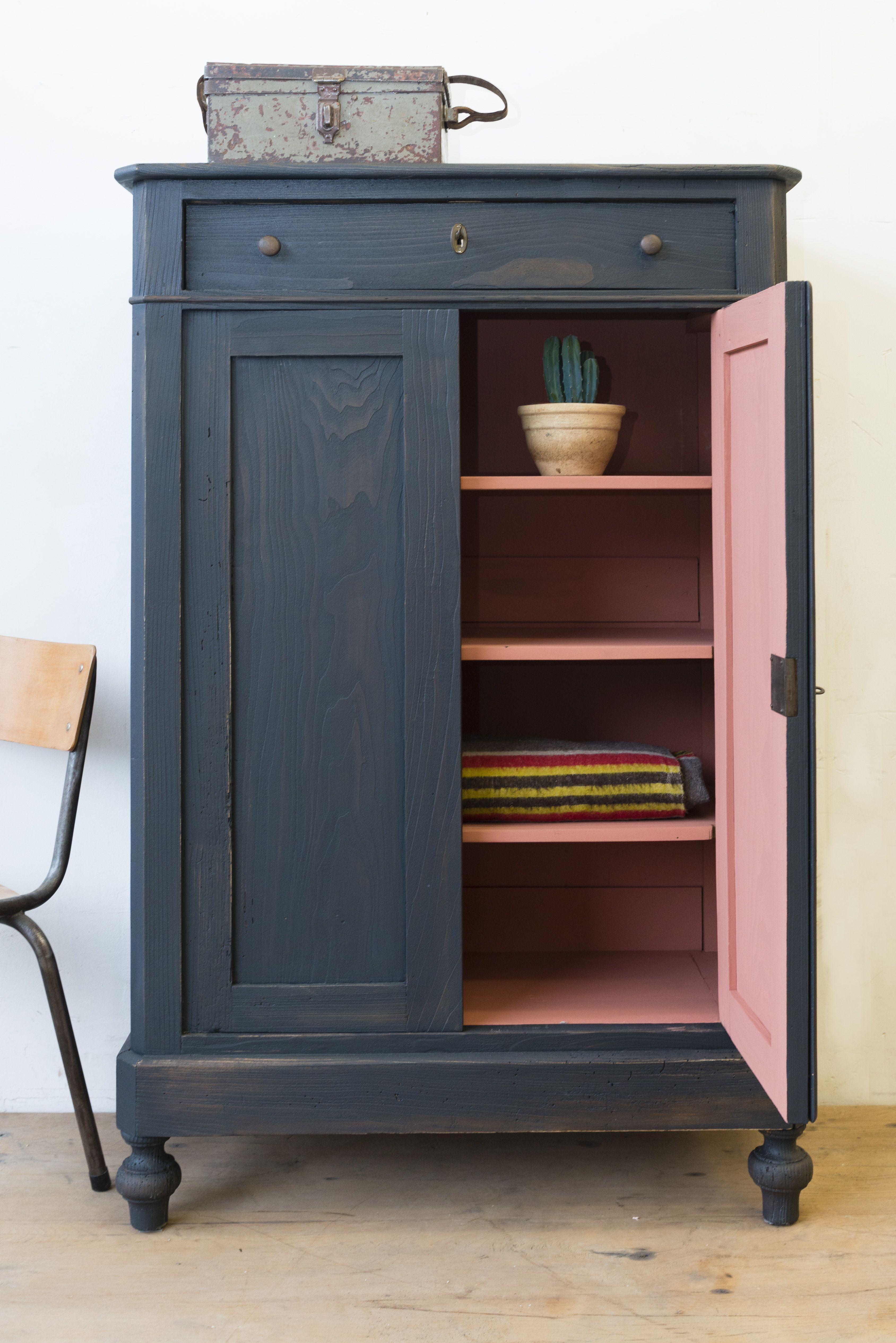 Photo of antikke møbler: garderobe malt tre svart-rosa