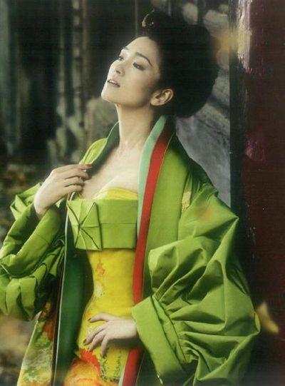 """Pose """"Geisha japonesa"""" de Gong Li provoca disgusto de internautas chinos"""