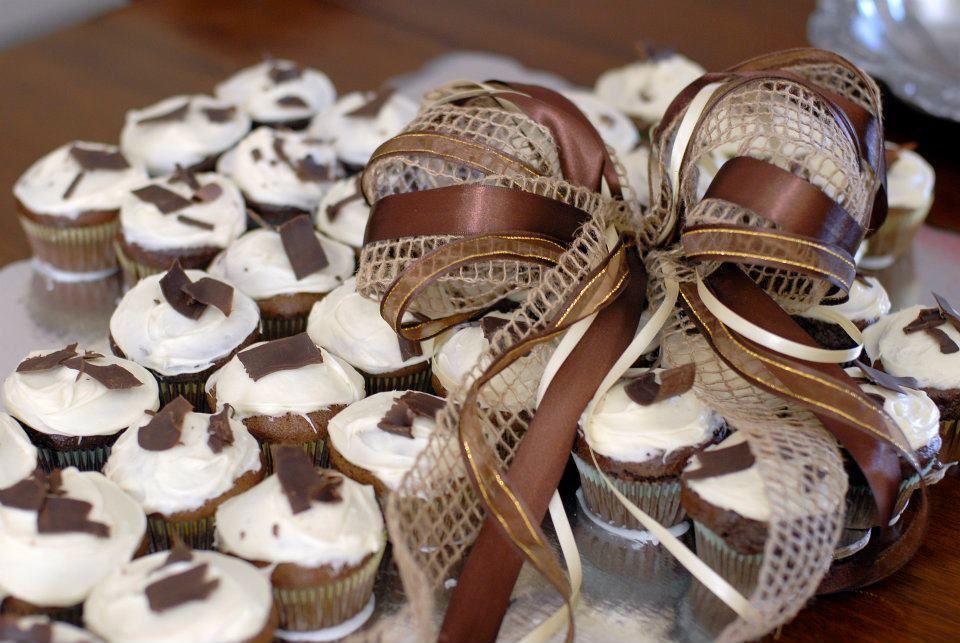 Pastel de cupcakes en forma de cruz