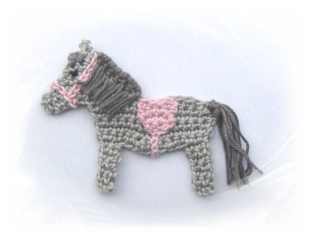 Häkelapplikation - Applikation - Aufnäher - gehäkelt  kleines Mini Pferd mit Sattel und Halfter Größe ca. 8 x 7 cm 100% Baumwolle  Vielseitig verwendbar, z.B. zum Aufnähen auf Kinderkleidung,...