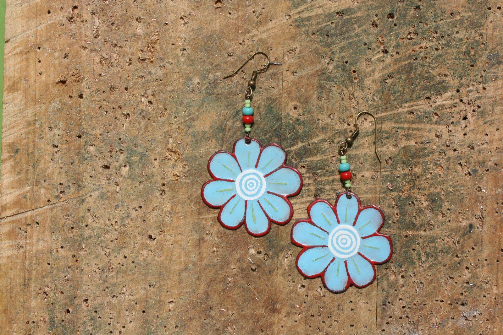 Tyrkysové květinky Smaltované květinky, vyrobené z ručně vyřezávané mědi,několikrát pálené v elektrické pícce. Průměr náušek je 4 cm. Náušničky jsou ozdobeny skleněnými korálky, zavěšené na afroháčku. Zadní strana je ošetřena bezbarvým sprejem.