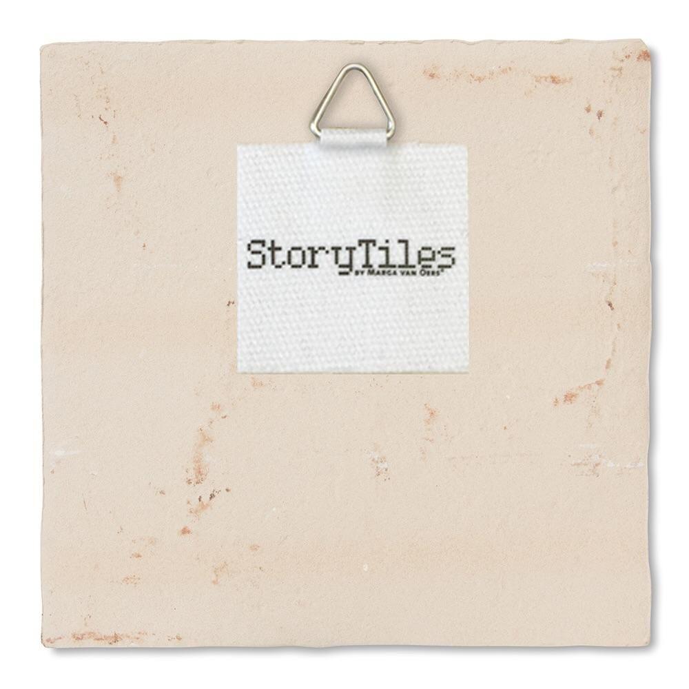 StoryTiles sind Fliesen, die Geschichten erzählen. Sie passen zu besonderen Lebenssituationen oder erinnern den Betrachter auf liebevolle Art an gute Vorsätze. In all it's glory. Handgemacht in Holland. Storytiles konnte Dank einer Crowdfunding Kampagne auf Kickstarter gegründet. Was für ein Glück, dass sich damals genug Unterstützer gefunden haben. Designer: Marga van Oers Größe: 10x10cm, ca. 1 cm dick