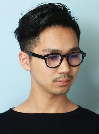 メガネの似合う大人のオシャレメンズヘアです。やりすぎない程度にナチュラルに刈り上げ