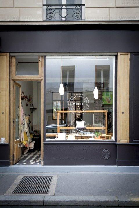 Un métier à tisser en bois et un atelier en arrière-boutique pour faire les teintures végétales, c'est ainsi qu'Aurélia Wolff, la créatrice de Whole, a voulu sa boutique. Un lieu charma…