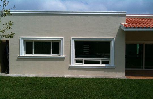 Ventanas de aluminio blanco buscar con google ventanas for Fachadas de casas con ventanas blancas