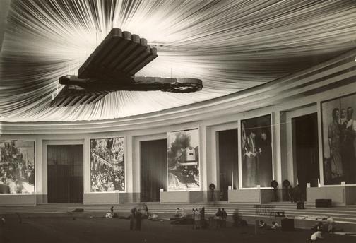"""Berlin-Charlottenburg, Messehallen am Funkturm.  Vorbereitungen zu einer Propagandaausstellung (""""Gebt mir vier Jahre Zeit!"""").  Foto H.Mederer, 1937."""