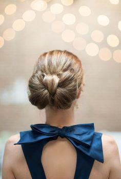 Bei diesem Hochzeitsgast bilden Haar und Dress ein perfektes Paar! #dutt #blau #hochzeit #gast #ideen