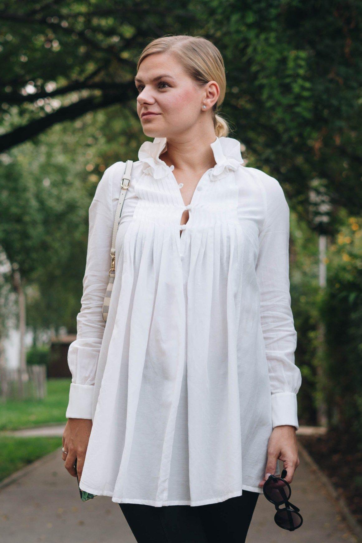 24b05fe4d2530 yellowgirl  BlackandWhite Outfit in weißer Tunkia-Bluse von lineight  Jeggins mit Fußschlaufen Mules mit Goldabsatz runder Sonnenbrille und MINI  POCHETTE von ...