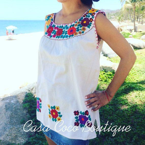 2e2f22e93 Hermosa blusa bordada a mano por artesanas indígenas mexicanas