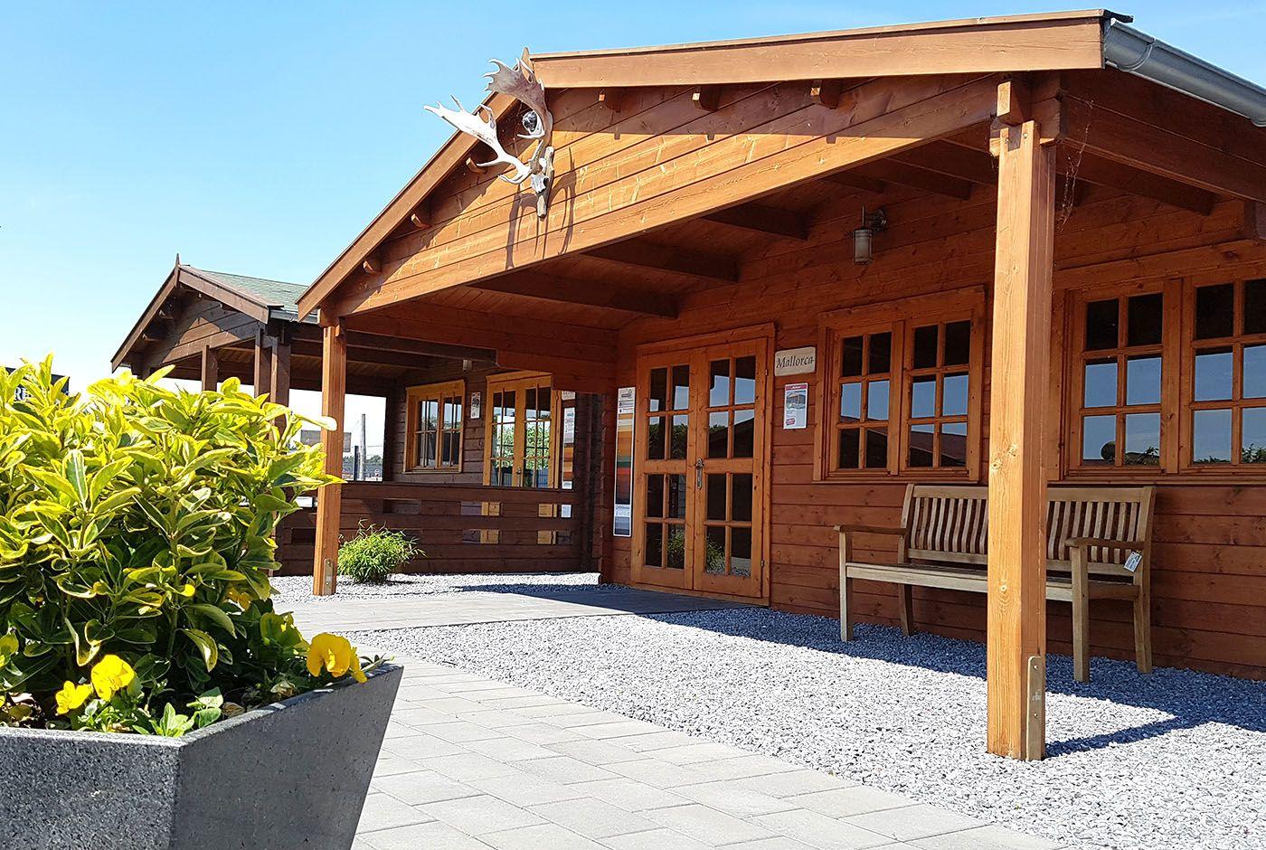 Ein großes Gartenhaus mit 600 x 500 cm und einem Vordach von 250