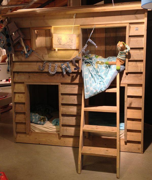 Un letto a castello a forma di casetta realizzato con for Soppalco ikea legno