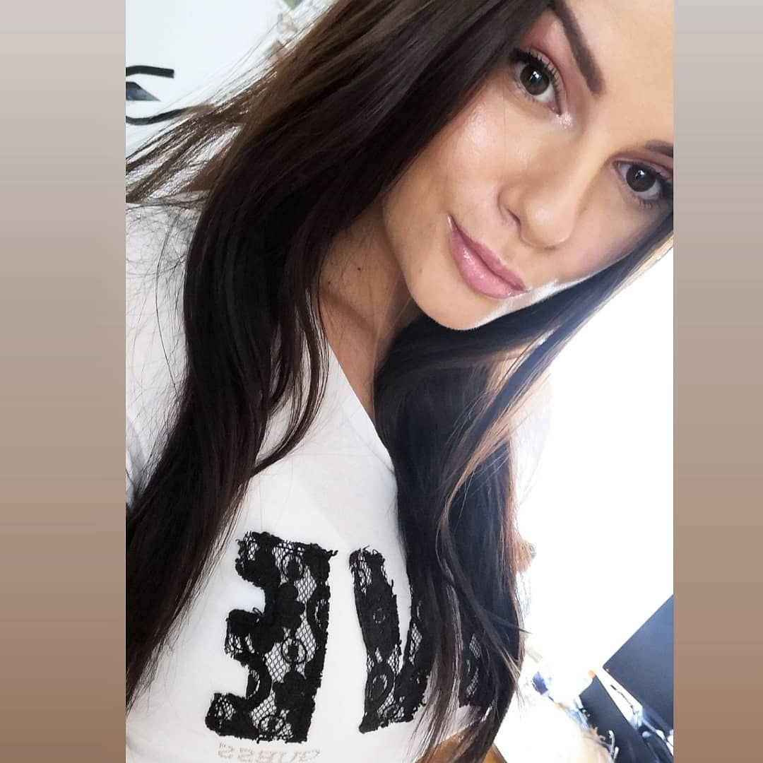 🐅🥳#woman#love#selfcare#portrait#brunette#redlips#brunetka#black#abe#vsco#potd#selfie#nature#natural#longhair#polskadziewczyna#evening#realism#skinny#lips#lazy#relax