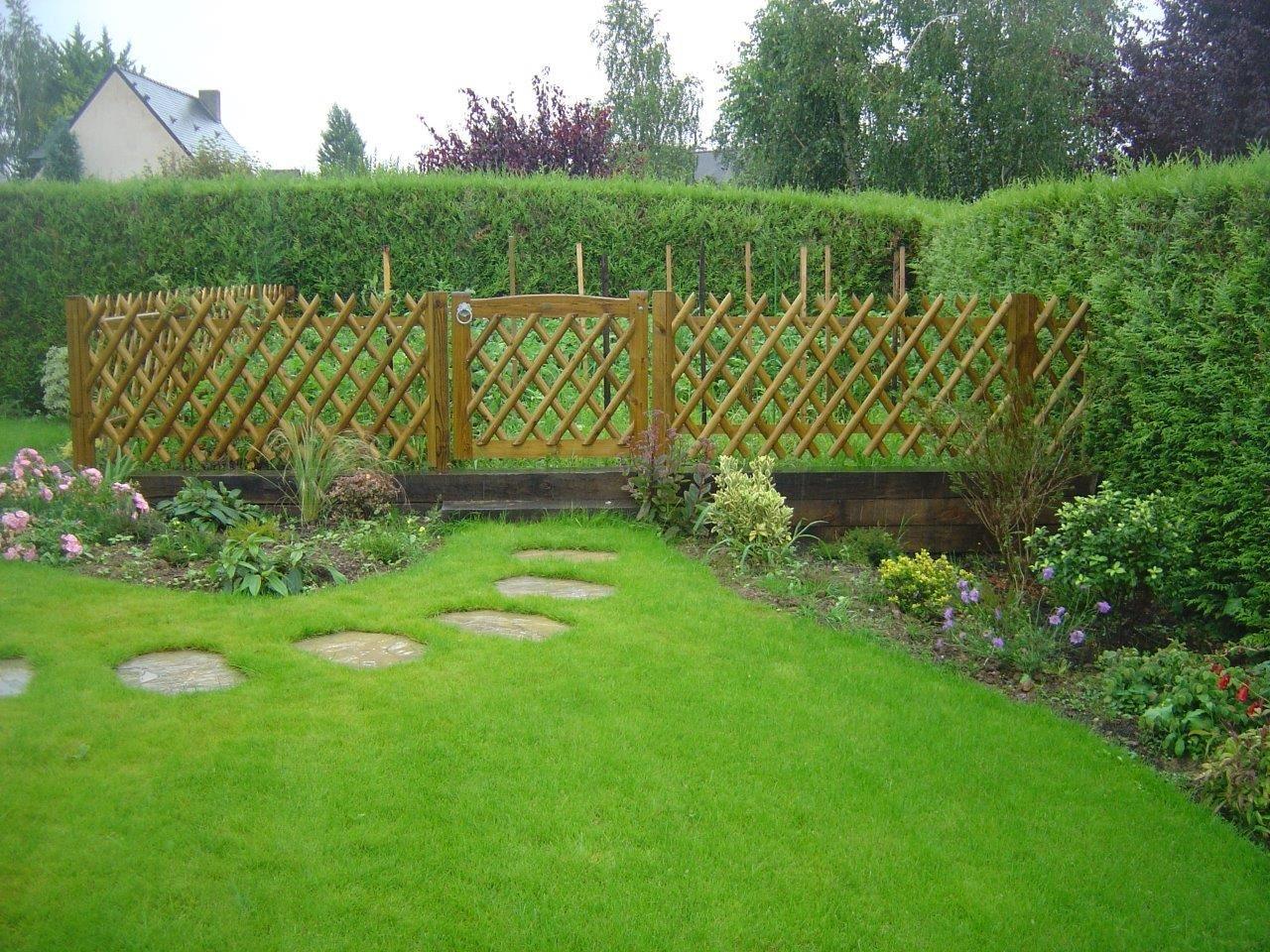 Potager clos par une cl ture bois portail cloture bois potager et portail for Jardin potager bois