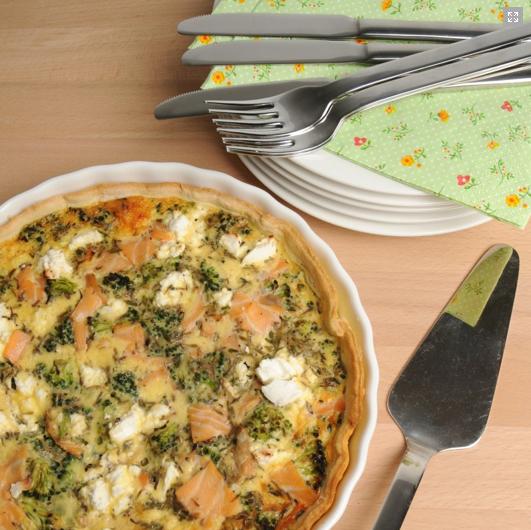 Een heerlijke quiche als lunch, picknickgerechtje of als warm avondeten. Goed gevuld! Verwarm je oven voor op 200 graden. Verhit de olijfolie in een pan en stoof de stukjes broccoli gedurende twee minuten. Haal de pan van het vuur en laat afkoelen.Klop de eieren los met de room en de melk. Voeg verse tijm toe […]