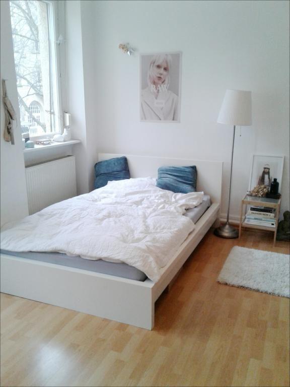 helles wg zimmer mit bett und gepflegtem parkettboden wohnen wgzimmer einrichtung - Bett Backboard Ideen