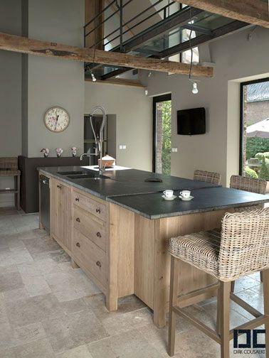 Une cuisine chic bois et noire avec un îlot central Kitchens - cuisine avec ilot central et table