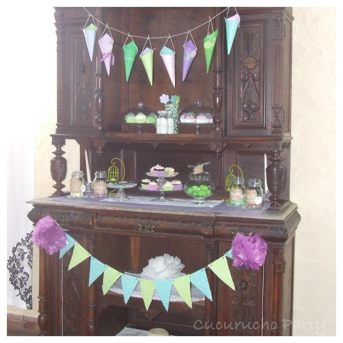 Mueble Antiguo Decorado Con Bander N Y Guirnalda De Cucuruchos  # Muebles Con Pajilla