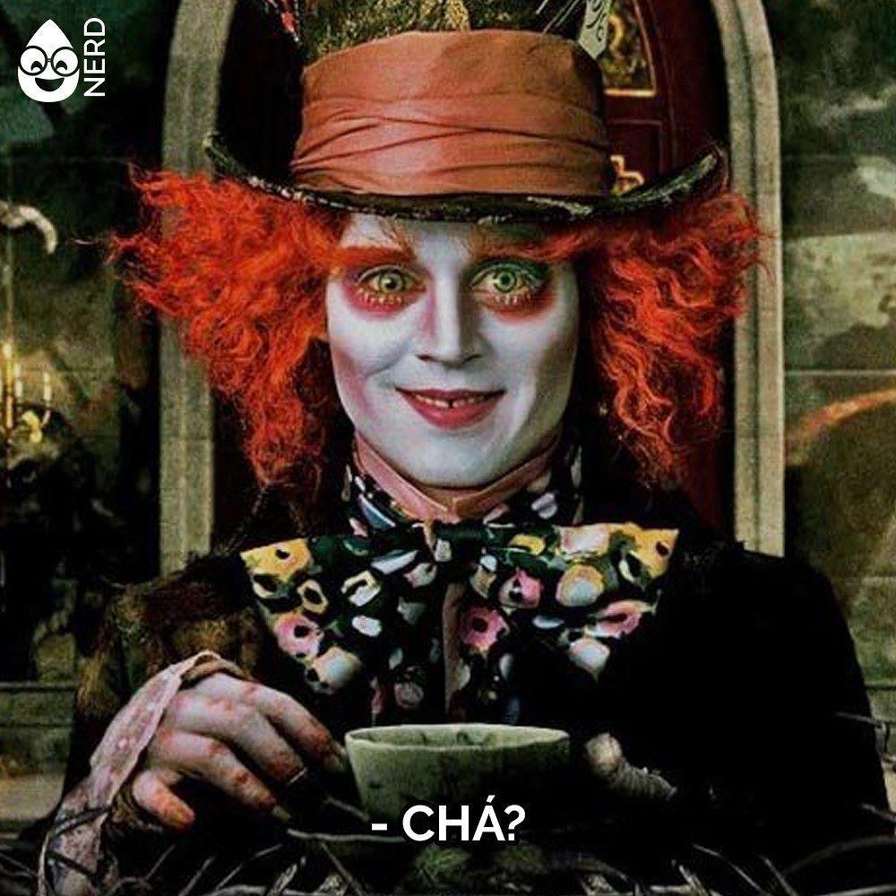 #TimelineAcessivel Imagem do Chapeleiro de Alice tomando chá com a pergunta: CHÁ?   TAGS: #coxinhanerd #nerd #geek #geekstuff #geekart #nerd #nerdquote #geekquote #curiosidadesnerds #curiosidadesgeeks #coxinhanerd #coxinhahq #hq #quadrinhos #comics #comicbooks #alice #chapeleiromaluco #alicenopaisdasmaravilhas #johnnydepp