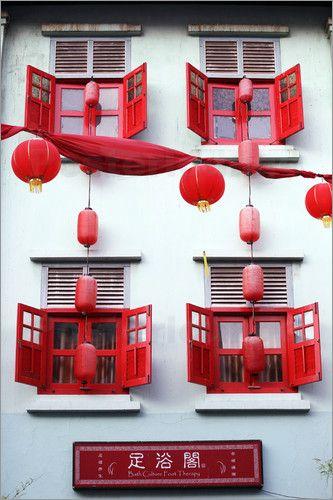 Long Journeys - Eine Gebäudefassade mit Laternen in Chinatown