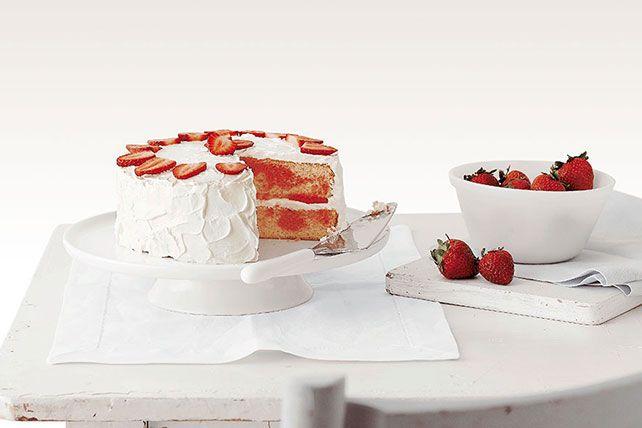 Ce gâteau sera la vedette de votre prochaine célébration du printemps! Commencez avec une préparation pour gâteau et de la poudre pour gelée à la fraise, et vous obtiendrez un gâteau blanc tendre avec des tourbillons de saveur et de couleur. Ce savoureux gâteau moelleux est recouvert d'un glaçage crémeux à la crème sure. Nous vous apprendrons à préparer ce dessert spectaculaire, étape par étape. À notre avis, vous préparerez ce gâteau maintes et maintes fois.