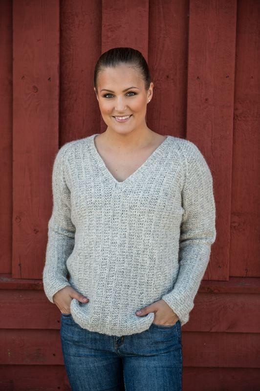 Flot sej og femininsweater med v-hals samt åben slids i ryggen. Det er yderst moderne med en lille slids i ryggen