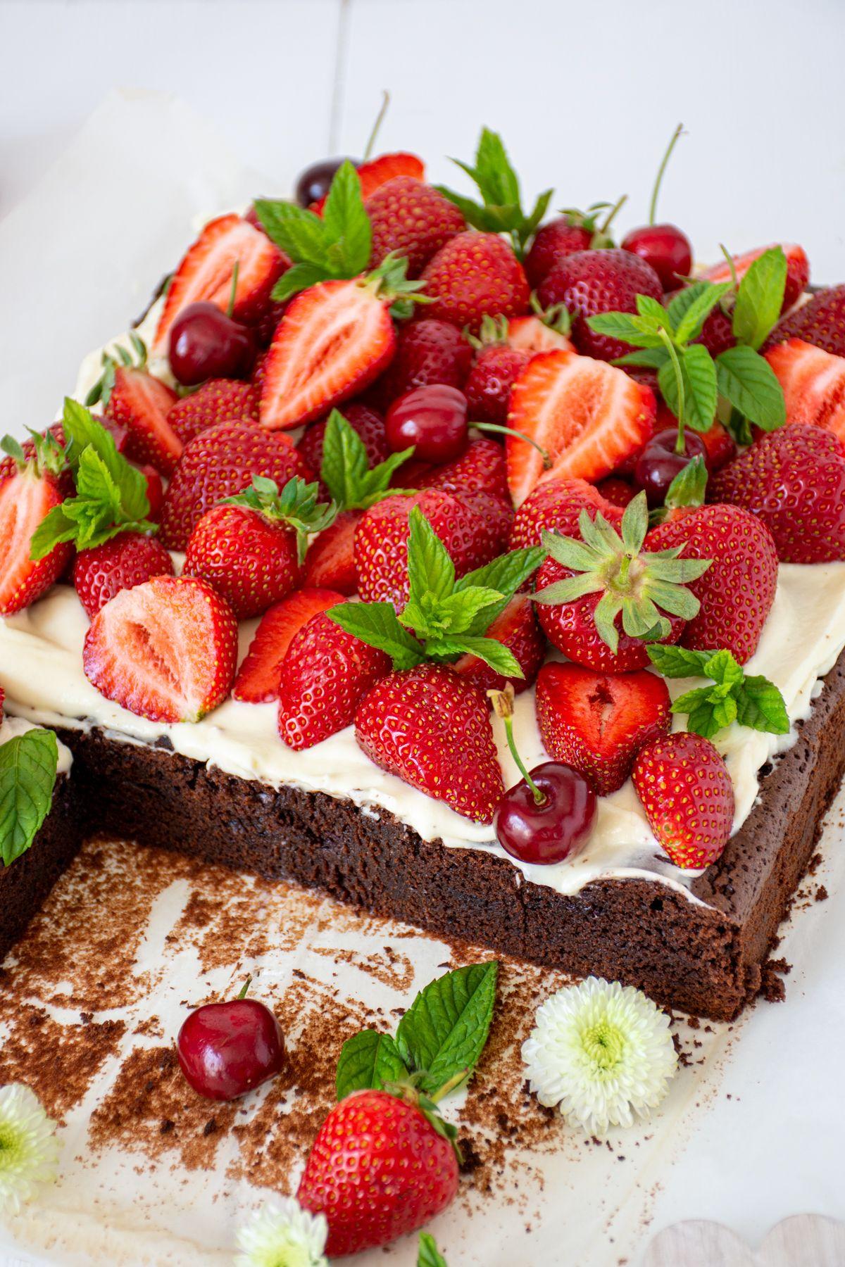 Bester Erdbeer-Brownie mit Topfencreme