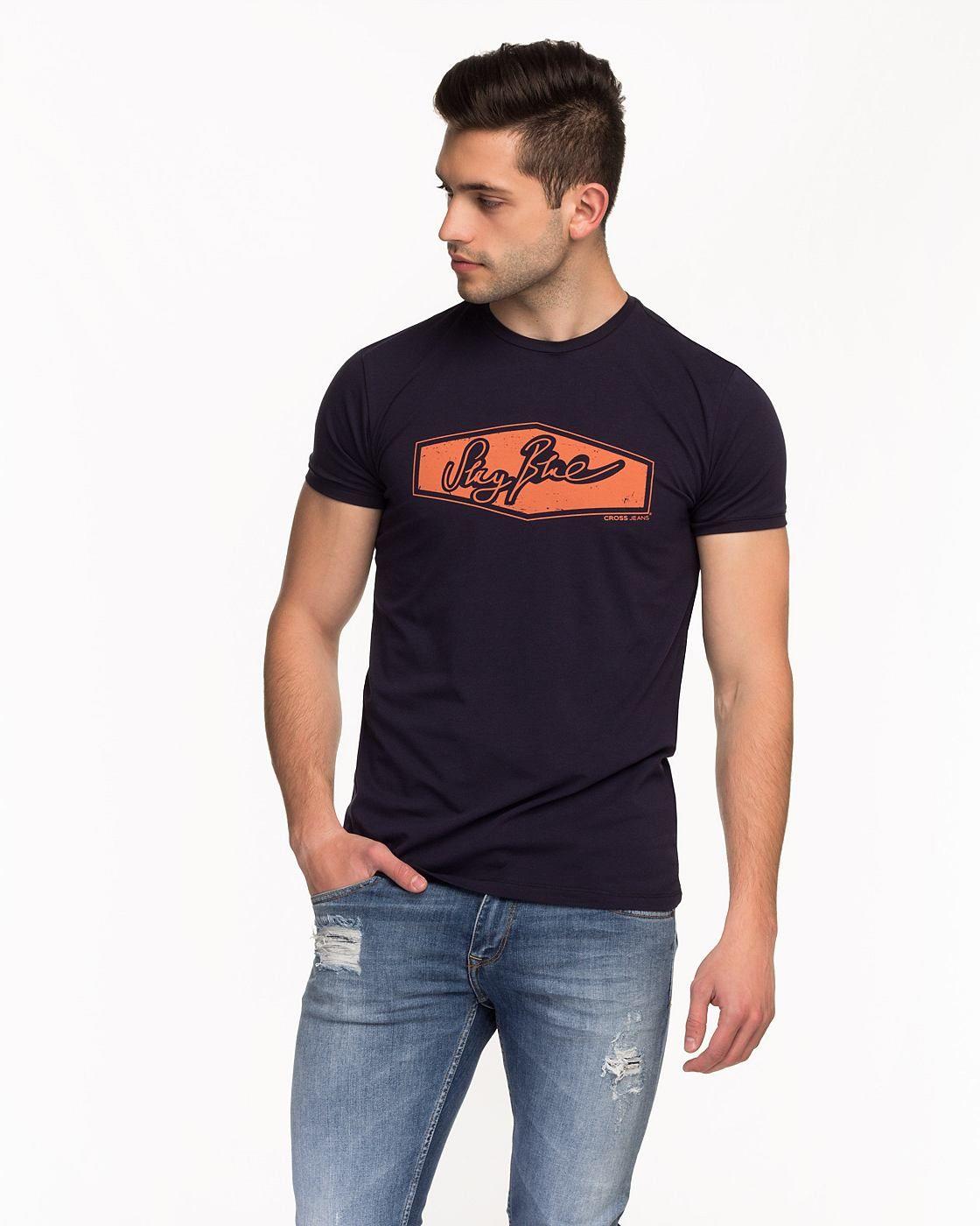 """V-Neck T-Shirt von CROSS Jeans aus der Heritage-Kollektion. Der tiefe V- Ausschnitt mit offenen Kanten und der Frontprint """" Original Demim """" machen dieses Shirt perfekt für den Vintage Look. Material navy: 92% Baumwolle, 8% Elasthan..."""