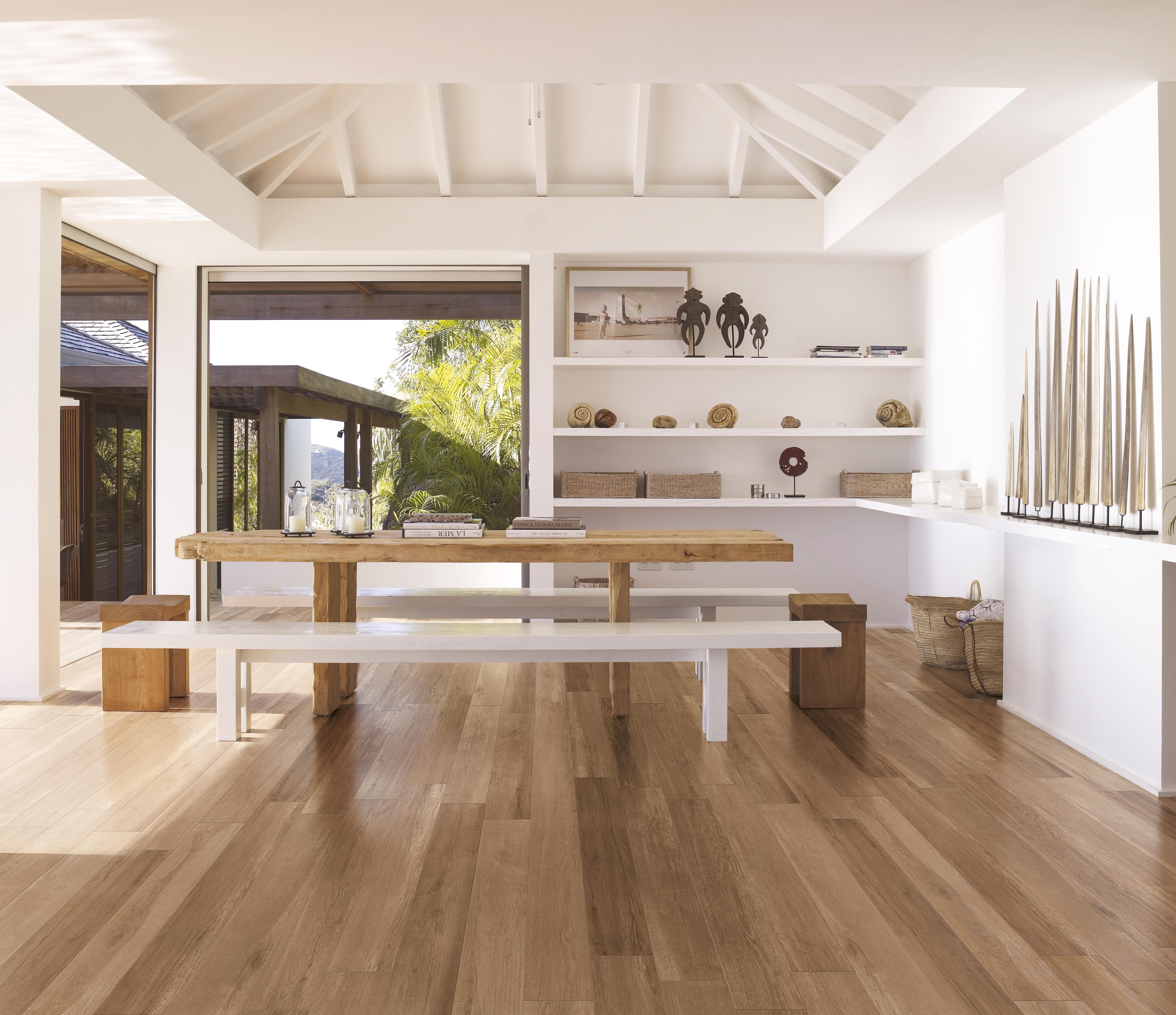 Soggiorno con piastrelle effetto legno a pavimento | Dekorasyon ...