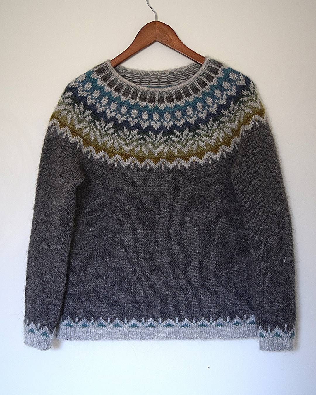 afmaeli sweater (free pattern on ravelry) in lett lopi