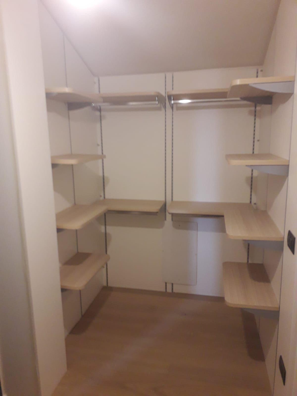 Cabina armadio in mansarda,realizzata con pannelli per ...