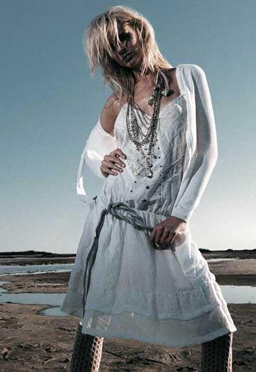 2002: stile vittoriano, c'è voglia di romanticismo e di tenerezza. Sulle passerelle compaiono abiti bianchi, candidi e impalpabili, ingentiliti da pizzi, passamanerie, merletti e volant.