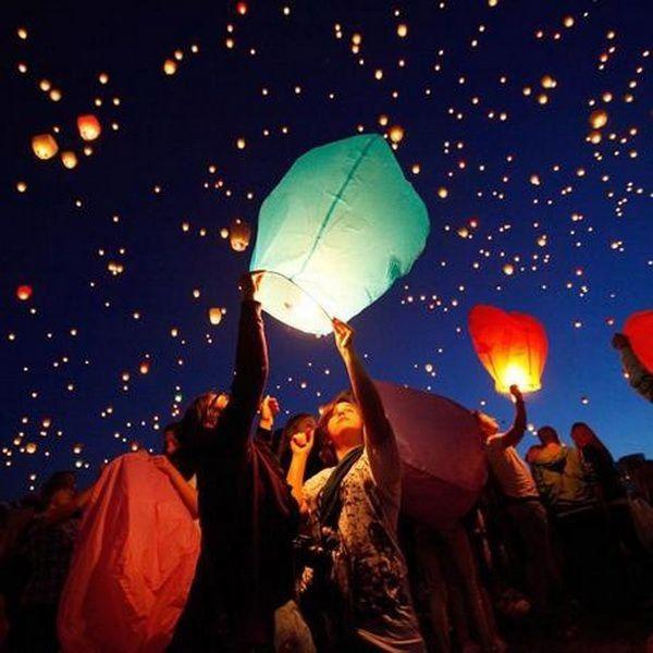 Illuminez Le Ciel Avec Ces Lanternes De Toutes Les Couleurs, Un