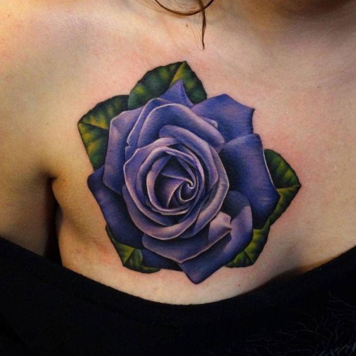 Eine Tolle Kleine Lila Rosen Tatowierung Mit Grunen Blattern Idee Fur Ein Tattoo Fur Frauen Rosen Tattoo Realistische Rose Tattoo Lila Tattoos