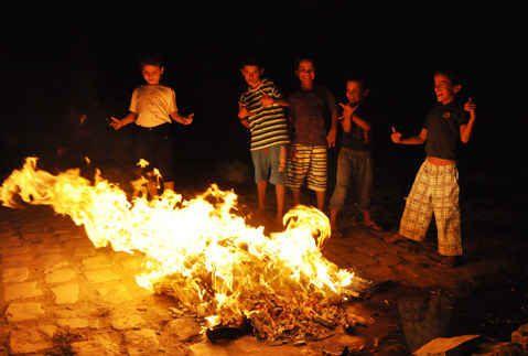 O pessoal se juntava ao redor da fogueira para comer e contar histórias.