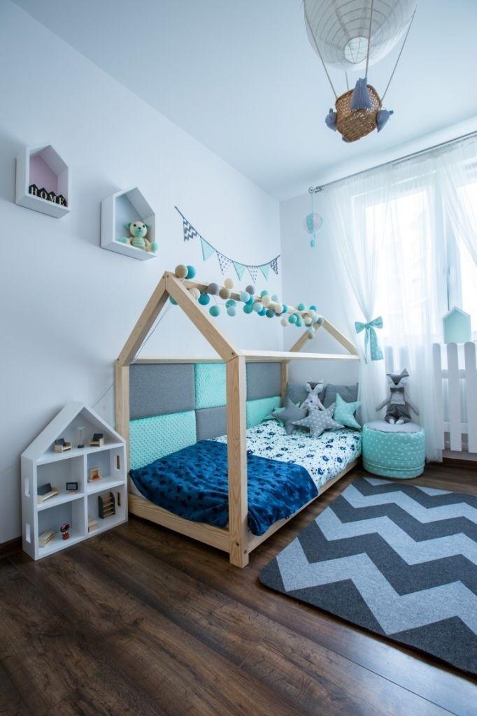 Łóżeczko - domek stanowi wspaniałe miejsce do wypoczynku i zabawy dla każdego dziecka. W dzień domek jest idealnym miejscem zabaw, a w nocy dodatki do łóżeczka Mia&Lou zapewnią Naszym pociechom kolorowe sny.   Skandynawska prostota takiego domku sprawia, że łóżeczko pasuje do każdego wnętrza.   Nasze łóżeczka wykonane są z wysokiej jakości drewna sosnowego pierwszej klasy. Sprzedawane jako nie malowane, najbezpieczniejsze dla dzieci naturalne i bardzo gładkie drewno.