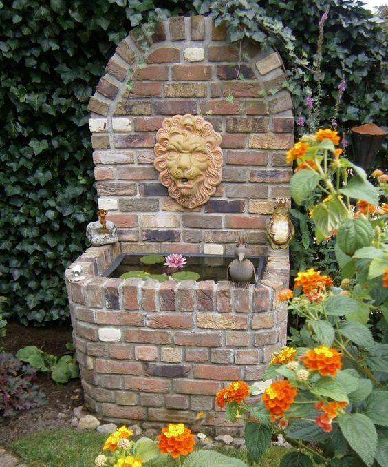 Plätscherndes Wasser Aus Einem Dekorativen Wandbrunnen Klingt Am  Lieblingssitzplatz Auf Der Terrasse Oder Im Garten Wie