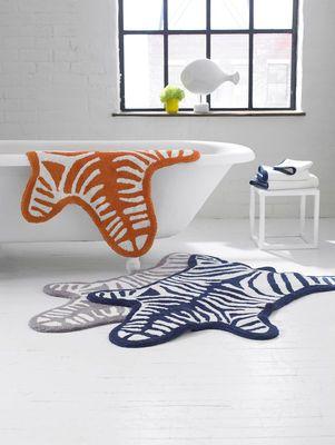 Tapis De Bain Zebra Jonathan Adler Blanc Noir Made In Design Tapis De Bain Tapis De Bain Original Tapis