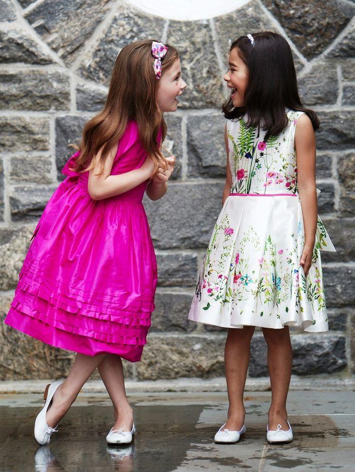 elegante Mädchenkleidung, violettes weites Kleid, weißes ...