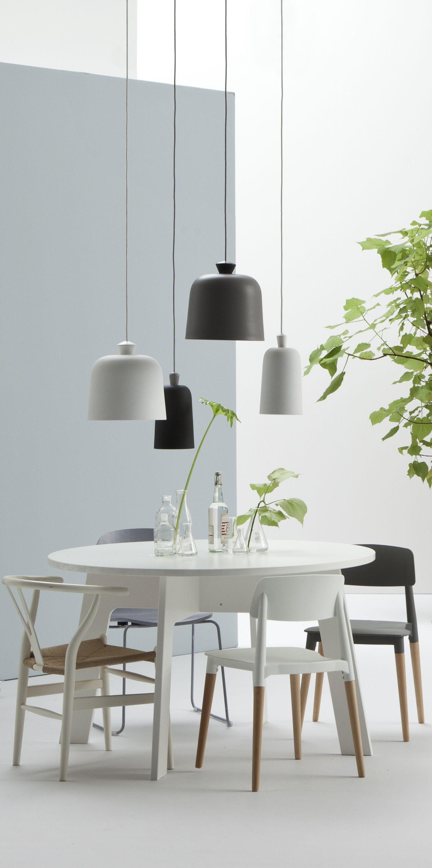Verschillende lampen maar toch van het zelfde materiaal geven een mooie eenheid.