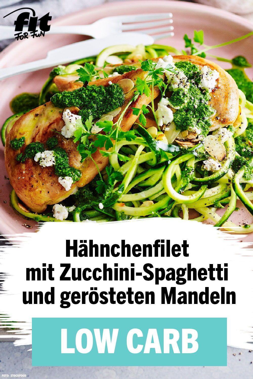 Hähnchenfilet mit Zucchini-Spaghetti und gerösteten Mandeln Rezept - FIT FOR FUN #protiendiet High P...